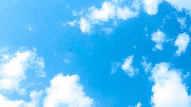 季節を感じる青空