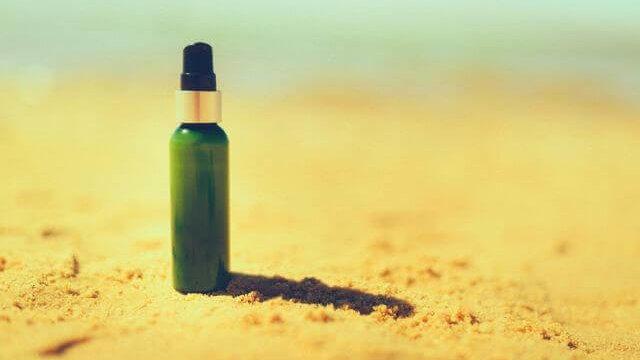 日焼け止めが置かれた砂浜