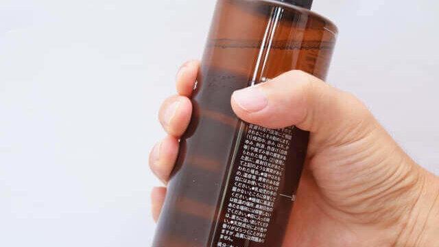 化粧水を持つ手