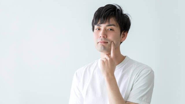 肌を人差し指で抑える男性