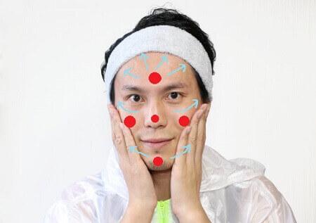 化粧水の塗り広げ方を解説した画像