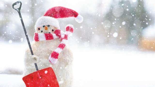 雪かきを持った雪だるま